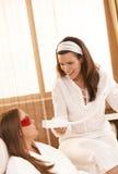 Beautician faisant le blanchiment de dent Image stock