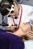 beautician laser wykonuje procedurę Obrazy Stock