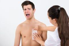 Beautician Nawoskuje mężczyzna klatkę piersiową W piękna centrum obrazy royalty free