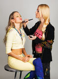 Beautician profesional que aplica maquillaje foto de archivo