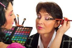 Beautician que aplica el sombreador de ojos foto de archivo libre de regalías