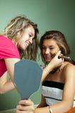 Beautician que aplica maquillaje Imagen de archivo libre de regalías