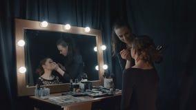 Beautician que aplica maquillaje almacen de metraje de vídeo