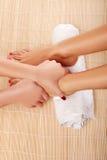 Beautician que da un masaje del pie fotografía de archivo