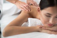 Beautician ręki przechodzi masaż dla młodej kobiety fotografia stock