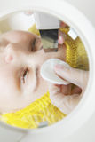 Beautician ręki przy twarzy cleaning procedurą obraz royalty free