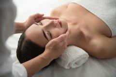 Beautician ręki robi twarzowemu masażowi przy zdrojem zdjęcia royalty free