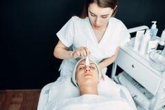 Beautician robi odmładzanie procedurze pacjent zdjęcie royalty free