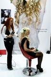 beautician robi rozszerzeniom włosianym zdjęcie royalty free