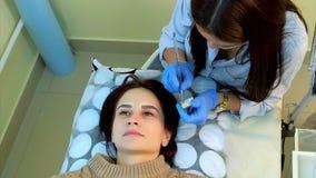 Beautician robi stałemu makeup rzęsa zbiory wideo