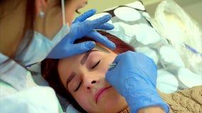 Beautician robi stałemu makeup rzęsa zdjęcie wideo