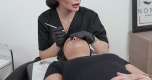 Beautician rozpraszający uwagę podczas twarzowej piękno procedury zdjęcie wideo