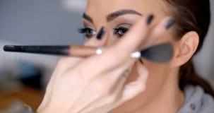 Beautician som applicerar mascara Arkivfoton