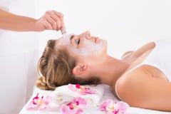 Beautician Stosuje maskę Na Customer& x27; s twarz Przy salonem Obrazy Stock