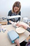 Beautician sul lavoro nel salone del manicure fotografia stock libera da diritti