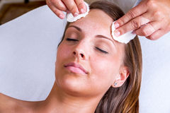 Beautician twarzy cleaning Obrazy Royalty Free