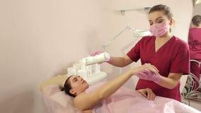 Beautician usuwa włosy od ręk młoda dziewczyna z cukrową pastą s?odzenie zdjęcie wideo
