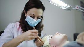 Beautician wzrasta rzęsy dla pięknej dziewczyny Rzęsy rozszerzenia procedura zdjęcie wideo