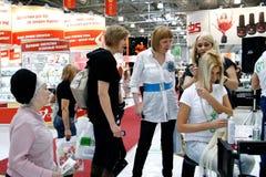 beauticians που κάνουν το τρίχωμα ε& Στοκ εικόνα με δικαίωμα ελεύθερης χρήσης