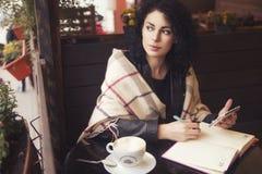 Beautifil donkerbruine Kaukasische vrouw in leerjasje en plaid s Royalty-vrije Stock Foto's