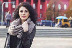 Beautifil donkerbruine Kaukasische vrouw in leerjasje en sjaal w Royalty-vrije Stock Afbeeldingen