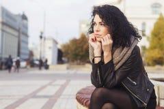 Beautifil donkerbruine Kaukasische vrouw in leerjasje en sjaal w Stock Afbeelding