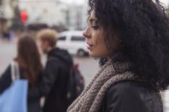 Beautifil donkerbruine Kaukasische vrouw in leerjasje en sjaal w Royalty-vrije Stock Fotografie