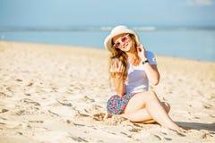 Beautifil młoda kobieta na plaży przy słonecznym dniem Obrazy Royalty Free