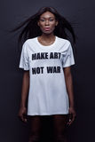 Beautifil svart kvinnaanseende på den vita skjortan royaltyfri foto