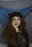 Beautifiul ung kvinna som kläs som en zigenare Arkivbild