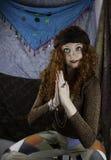 Beautifiul ung kvinna som kläs som en zigenare Arkivbilder