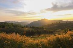 Beautifu солнечного света гор солнца неба восхода солнца захода солнца Стоковые Изображения