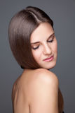 Beautifu brunett med långt rakt hår Royaltyfria Bilder