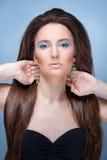 Beautifu flicka med ljus blå makeup och smycken royaltyfri bild