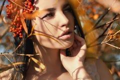 Beautifu flicka med röda bär för höst arkivbild