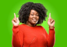 Beautiful african woman with curly hair isolated over green background Royalty Free Stock Photos