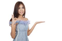 Beautiful Asian woman present something and show OK sign Royalty Free Stock Photos