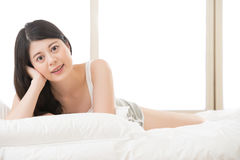 Beautiful asian woman smile face to camera, lie on bed Royalty Free Stock Photos
