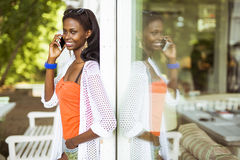 Beautiful black woman talking on phone and smiling Royalty Free Stock Photos
