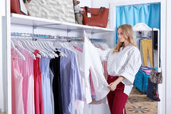 Free Beautiful Blonde On A Shopping In A Boutique Stock Photography - 98458962