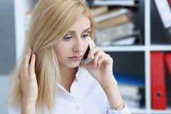 Beautiful blonde thoughtful businesswoman talk cellphone Royalty Free Stock Photos