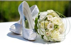 Beautiful bouquet of roses and wedding shoes Royalty Free Stock Photos