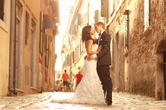 Beautiful bridal couple at sunset on the streets of Venice Stock Photography
