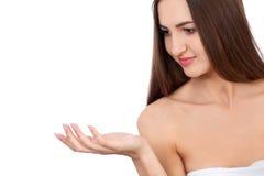 Beautiful Brunette Spa κορίτσι που παρουσιάζει κενό διάστημα αντιγράφων στην ανοικτή παλάμη χεριών για το κείμενο Πρόταση ενός πρ Στοκ φωτογραφία με δικαίωμα ελεύθερης χρήσης