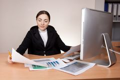 Beautiful businesswoman with financial report Royalty Free Stock Photos