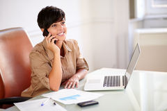 Beautiful businesswoman talking on her cellphone Royalty Free Stock Photography