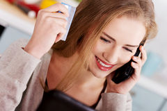Beautiful caucasian woman doing online shopping. Royalty Free Stock Photos