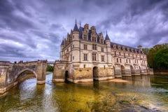 Beautiful Chateau de Chenonceau en la oscuridad sobre el r?o Cher, el valle del Loira, Francia foto de archivo