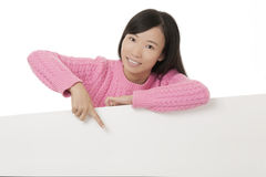 Beautiful Asian woman holding a blank card isolated on white background Royalty Free Stock Photos