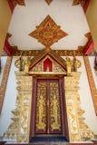 Beautiful door and the ceiling of the bodhgaya at wat Monmahinsi Stock Photo